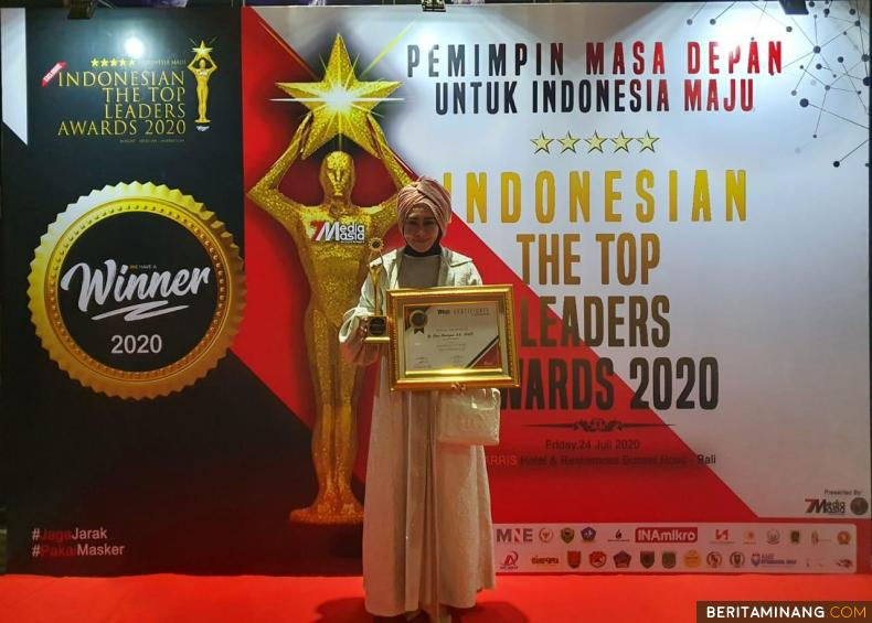 Lisda Hendrajoni memperlihatkan penghargaan The Top Women Leader Of The Year 2020. Foto Ist