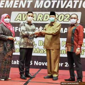 Bupati Irfendi Arbi Terima Penghargaan Achievement Motivation Person